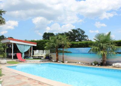 une piscine avec une terrasse
